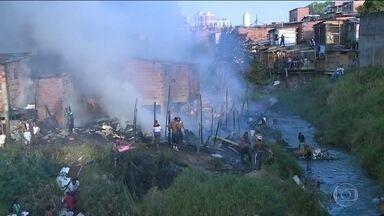 Dezenas de famílias ficam desabrigadas após incêndio em favela na Zona Sul da capital - Pela segunda vez este ano, um incêndio destruiu vários barracos da Favela Alba. O fogo destruiu 50 barracos e 20 casas de alvenaria. Setenta pessoas estão desabrigadas.