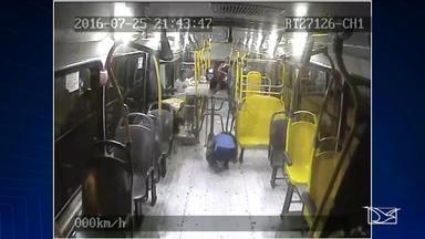 Motorista de ônibus leva dois tiros durante assalto, e sobrevive em São Luís, MA - O caso de um motorista de ônibus que considera estar vivo por um milagre. Ele levou dois tiros na segunda-feira (25) à noite, um deles na cabeça, durante um assalto enquanto trabalhava num ônibus na região do bairro do Quebra Pote. Em 2016, 350 ônibus já foram assaltados na Região Metropolitana.