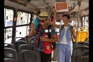 Um grupo animado leva alegria e educação para passageiros de ônibus em Belém - Um grupo animado leva alegria e educação para passageiros de ônibus em Belém