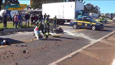 Homem morre em acidente de moto após bater de frente com caminhão - Após a batida, a moto pegou fogo e ficou completamente destruída.