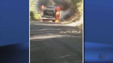 Kombi da Prefeitura de Botelhos e carro da Secretaria de Saúde de Cristais pegam fogo - Kombi da Prefeitura de Botelhos e carro da Secretaria de Saúde de Cristais pegam fogo