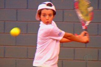 Apaixonado por tênis, menino mogiano sonha com olimpíadas - Criança, de 11 anos, se apaixonou pelo esporte e se dedica vários dias da semana nos treinos.