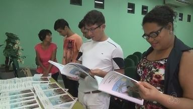 Professor lança minidicionário indígena no AM - Livro traz texto traduzido em Sateré-mawé e com recursos de imagens para tradução em libras.