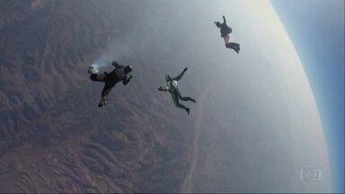 Americano salta sem paraquedas de uma altura de 7.620 metros e entra para a história - Um americano se tornou o primeiro homem a fazer um salto sem paraquedas.