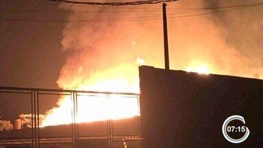 Incêndio atinge fábrica de materiais de madeira em Caçapava, SP - Não há informações sobre as causas do acidente; ninguém ficou ferido.