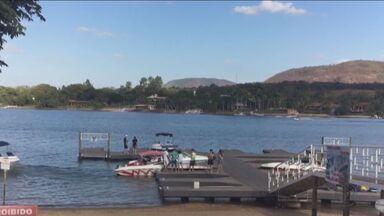 Bombeiros fazem buscas por homem que desapareceu em Rifaina, SP - Vítima brincava em um bote quando caiu e desapareceu na água.