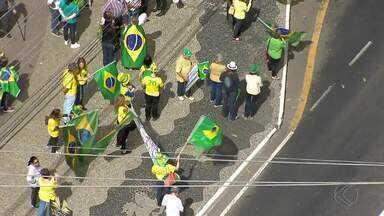Juiz de Fora tem ato em apoio à Lava Jato e contra Dilma - Grupo se concentrou no Bairro Praça São Mateus, na manhã de domingo. Objetivo foi divulgar manifestação para o dia do julgamento no Senado.