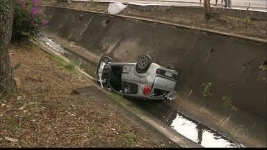Carros caem em canais em João Pessoa e Campina Grande - Em João Pessoa o acidente aconteceu próximo ao Retão de Manaíra. Já em Campina Grande foram dois carros que caíram no canal no Ponto de Cem Réis.