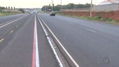 Jovem em bicicleta morre ao ser atingido por carro em Birigui - Um adolescente de 14 anos morreu e outro, de 15, ficou ferido em um acidente em uma avenida de Birigui (SP). Segundo informações da polícia, eles estavam em uma bicicleta e foram atropelados por um motorista que fugiu sem prestar socorro às vítimas.