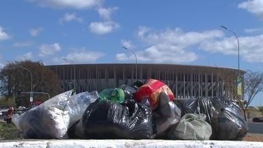 Garis estão em greve desde sábado (30) no DF - Com a paralisação, o lixo se acumula em vários pontos do DF. Perto do estádio Mané Garrincha, muita sujeira se acumulou e as lixeiras estão transbordando.