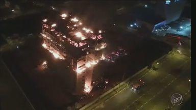 Prédio em construção é atingido por incêndio em bairro de Hortolândia, SP - Chamas tiveram início no último andar por volta das 22h de domingo (31).