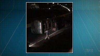 Ônibus do transporte metropolitano tomba no Contorno Norte em Maringá - O motorista estava sozinho e não ficou ferido.