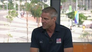 Confira a entrevista com Karch Kiraly, técnico da seleção de volei feminino dos EUA - Ex-jogador foi bicampeão olímpico nas quadras e campeão na areia.
