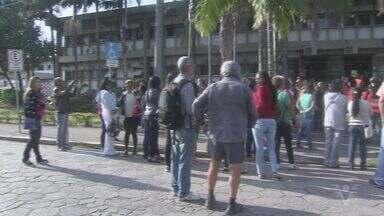 Merendeiras de escolas municipais fazem manifestação em Peruíbe - Elas reclamam de salários e benefícios atrasados.