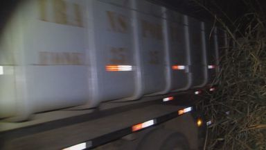 Caminhão carregado com feijão é recuperado em Passos (MG) - Caminhão carregado com feijão é recuperado em Passos (MG)