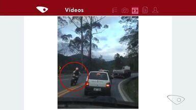 Carro de prefeitura é flagrado ultrapassando em local proibido na BR-262, no ES - Imagem foi registrada e enviada por telespectador pelo APP da TV Gazeta.