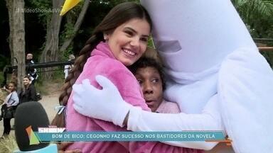 Cegonho do 'Vídeo Show' visita elenco de 'Êta Mundo Bom!' - Camila Queiroz e Dhu Moraes, as intérpretes de Mafalda e Manuela, se agarram ao cegonho para satisfazer o desejo de suas personagens na novela