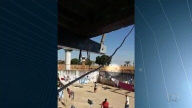 Vídeo mostra detento pulando muro e fugindo da cadeia em Goiás; assista - Imagens foram feitas por outro preso, que logo após a fuga diz: 'Vazou'. SSPAP diz que apura caso e tenta evitar comunicação entre reeducandos.