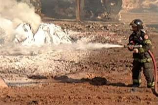 Equipes do Bombeiros ainda trabalham no combate ao incêndio em fábrica de Poá - Incêndio começou na noite de domingo (31). Moradores próximos precisaram sair de casa por causa da fumaça.