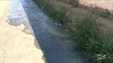 Água utilizada em piscina de condomínio é despejada em rua em São Luís - Milhares de litros d'água, utilizadas na piscina de um condomínio, são despejados na rua em São Luís. Segundo os moradores que fizeram a denúncia, o abuso se repete todo final de semana, quando o condomínio limpa a piscina e despeja a sujeira na porta da casa dos vizinhos.