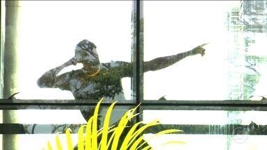 Usain Bolt faz dancinha em treino de portas fechadas no Rio - Jamaicano já está na cidade olímpica desde quarta-feira (3). Ele treina de portas fechadas, mas o JN fez o flagrante.