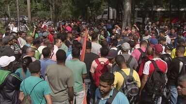 Desempregados de Cubatão fazem protesto por mais oportunidades - Maioria dos moradores está desempregada há mais de um ano e faz bicos para poder ganhar dinheiro.