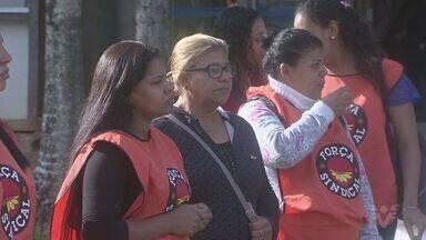 Merendeiras de escolas de Peruíbe fazem protesto na frente da prefeitura - Profissionais se manifestaram na manhã desta segunda-feira (1°).