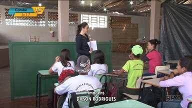 Estudantes de escola em Salto do Lontra voltam às aulas em pavilhão improvisado - A escola foi atingida por um temporal no mês passado e os concertos ainda não ficaram prontos.