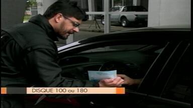 Polícia Federal de Uruguaiana, RS, distribui panfletos da campanha Coração Azul - A ação busca combater o tráfico de pessoas, crime que pode resultar em exploração sexual, trabalho escravo, extração de órgãos e adoção ilegal.