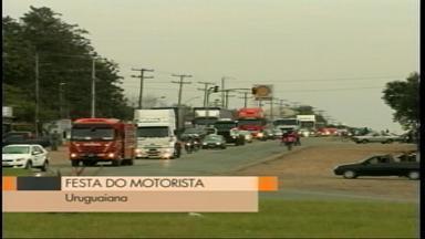 Festa do motorista acontece em Uruguaiana, RS - Os veículos percorreram as principais ruas da cidade, foram abençoados e, durante a tarde, a comemoração foi no parcão.