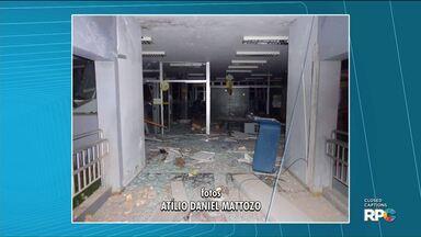 Bandidos explodem agência bancária de General Carneiro - Os bandidos renderam um ônibus de trabalhadores para fazer um escudo na hora do assalto.