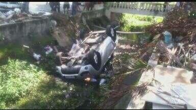 Carro cai dentro de canal em São Vicente e deixa feridos - Uma mulher e duas crianças estavam dentro do veículo e foram levadas para o Hospital Municipal de São Vicente.