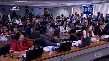 Comissão do Senado aprova relatório e processo de impeachment vai a plenário - Por 14 votos a cinco, senadores recomendaram a continuidade do processo contra a presidente afastada, Dilma Rousseff. A próxima etapa será no plenário da casa.