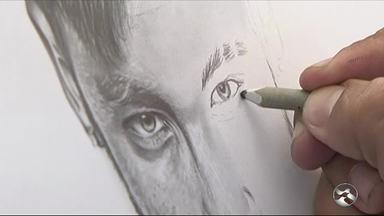 Artista faz trabalhos em papelão no município de Afogados da Ingazeira - Ele também faz pinturas e desenhos.