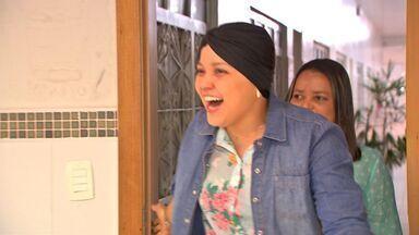 Reportagem mostra a história de uma jovem que recebeu apoio depois de descobrir um câncer - Reportagem mostra a história de uma jovem que recebeu apoio depois de descobrir um câncer