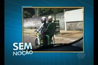 Passageira de moto trafega sentada em cadeira - Flagrante foi registrado em Benevides.