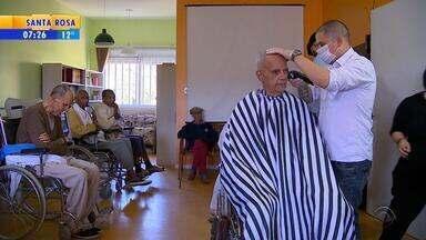 Antes do Dia dos Pais, grupo de voluntários faz barba e cabelo de idosos em Porto Alegre - Eles trabalham em uma barbearia, e transformaram o que sabem fazer de melhor em presente.