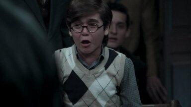 Cláudio invade o tribunal no momento do depoimento de Araújo - O menino se levanta da cadeira de rodas e pede que o pai não seja covarde