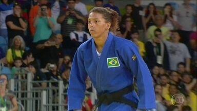 Menina briguenta da Cidade de Deus se torna atleta olímpica - Rafaela foi a primeira mulher a ganhar título mundial de judô pelo Brasil. Na comunidade pobre, Rafaela queria vaga no futebol, mas só tinha judô.