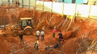 Dois operários são soterrados ao trabalhar em obra de Goiânia - Trabalhadores estavam escavando o terreno quando houve o acidente. Bombeiros confirmam a morte de um deles; outro ainda não foi resgatado.