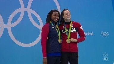 Nadadoras dividem o primeiro lugar no pódio dos 100m livre - Prova teve dois ouros e duas atletas batendo o recorde olímpico.