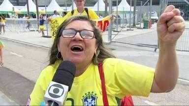 A seleção Brasileira feminina de futebol a semifinal hoje, no Maracanã. - O jogo contra a Suécia começa daqui a pouco, uma da tarde.