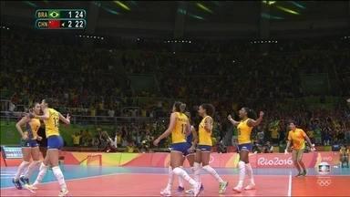 4º set: Chinesa toca na rede, Brasil vence set e leva jogo para o tiebreak. 25/22 - 4º set: Chinesa toca na rede, Brasil vence set e leva jogo para o tiebreak. 25/22