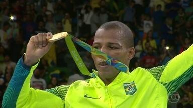 Robson Conceição ganha medalha de ouro inédita no boxe para o Brasil - Robson Conceição não conquistou apenas a medalha de ouro. Com seu carisma e simplicidade, conquistou a admiração de todo o país. Confira o caminho que levou o boxeador baiano a esse feito inédito do esporte brasileiro.