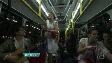 Trupe Sinhá Zózima leva cultura a passageiros de ônibus que circulam pela capital - O grupo teatral São Paulo se apresenta em linhas que partem do Terminal Parque Dom Pedro. Quando o ônibus vira palco, o passageiro se torna espectador e esquece até de descer no ponto.