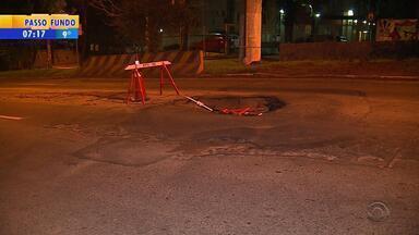 Buraco se abre no meio da rua Cristiano Fischer, em Porto Alegre - Motoristas precisam ter atenção.
