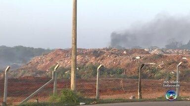 Incêndio em área de descarte é controlado pelos bombeiros em Birigui - Os bombeiros conseguiram controlar o incêndio em uma área de descarte de lixo em Birigui (SP). O fogo começou na terça-feira (16), foram controlado duas vezes, mas voltou a queimar os resíduos no final desta quarta-feira (17).