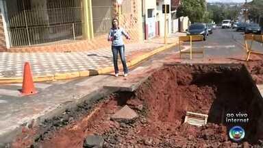 Cratera se abre em cruzamento de Bauru - Um dos cruzamentos mais movimentados de Bauru (SP), no altos da cidade, está com afunilamento na passagem de veículos devido a uma cratera que se abriu no asfalto. Nesta quinta-feira (18), o Departamento de Água e Esgoto (DAE) iniciou a obra para reparo do local.