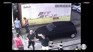 Polícia Civil conclui que não houve assalto a nadadores americanos - TV Globo mostrou com exclusividade imagens que contrariaram versão. JN entrevistou segurança do posto de gasolina onde houve baderna.