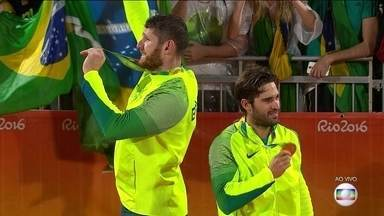 Alison e Bruno sobem ao pódio para receber a medalha de ouro no vôlei de praia masculino - Alison e Bruno sobem ao pódio para receber a medalha de ouro no vôlei de praia masculino